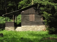 Skautská chata na břehu Střely kousek od Plas - na té budeme trávit víkend.